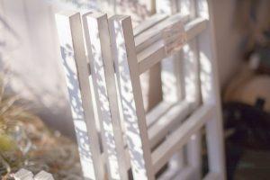 木製のはしごを使った収納スペース