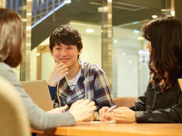 友達と会話を楽しむ大学生